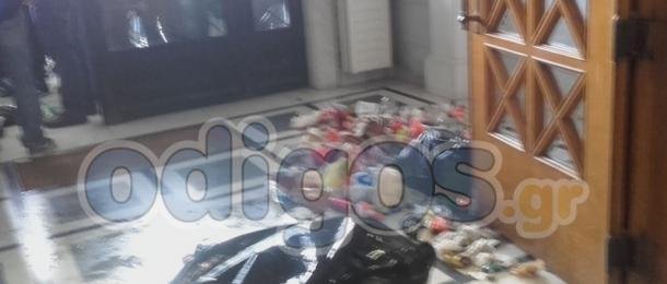 Ντου μαθητών με σκουπίδια στο Δημαρχείο του Πύργου. Υπό κατάληψη τα σχολεία. (ΦΩΤΟ)